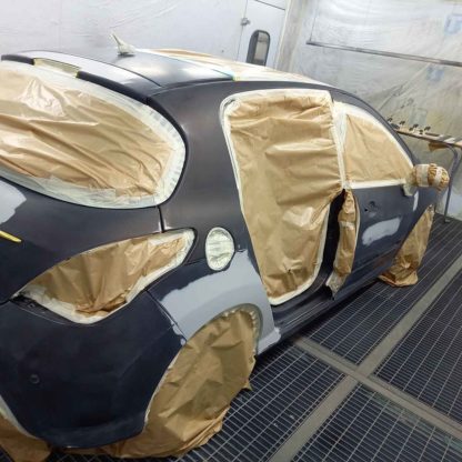 Vue arrière d'une voiture après peinture dans un atelier de carrosserie